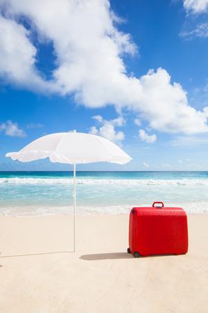Konzept Mit Einem Roten Koffer Unter Einem Rot Weiss Gestreiften