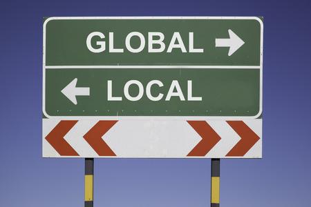 青い空の前に緑の標識で水平方向を示す矢印 2 方向と警告ポスト活動グローバル ビジネス コンセプト赤ホワイト道路ないローカル
