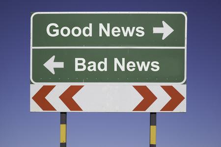 青い空の前に緑の標識で 2 方向と赤白道路警告ポストについては良いニュース、悪いニュースのビジネス コンセプトを示す水平方向の矢印