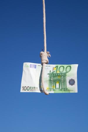 one hundred euro banknote: billete de cien euros colgando en el aire en un cable de horca: Concepto para la crisis del euro, beneficio financiero o de trampa