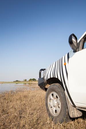 4 wheel: coche 4x4 blanco en el banco del parque nacional de la orilla del r�o Chobe, Botswana, Africa