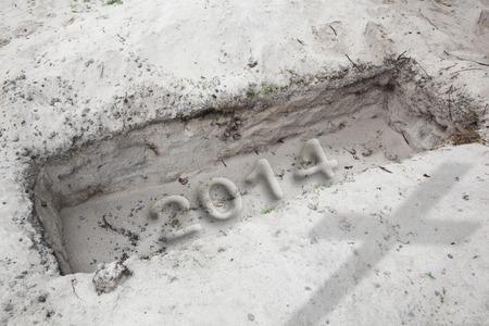 fin d annee: Ouvrir tombe dans le d�sert. Dans le sable est �crit le mot 2014. Concept pour le changement de l'exercice ou � la fin de l'ann�e 2014