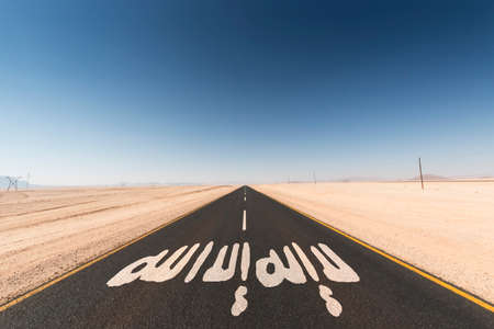 arabische letters: zwarte asfalt weg in de woestijn. Op de teer wordt geschreven het woord shahada in Arabische letters, het symbool voor de Islamitische Staat in Syrië en Irak. Concept voor het ondersteunen of de Islamitische Staat ontsnappen