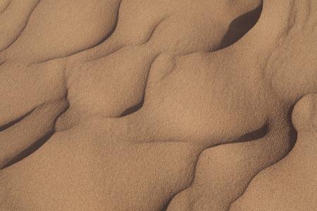 desierto: la naturaleza de fondo con las dunas de arena del desierto y ondulaciones