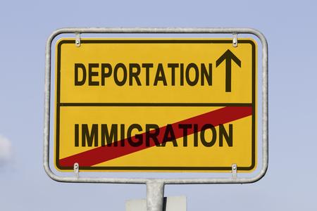 gelbes Straßen- oder Stadtschild, das darüber informiert, dass die Einwanderung zurückliegt und die Abschiebung bevorsteht. Konzept für die nationale Trennungspolitik