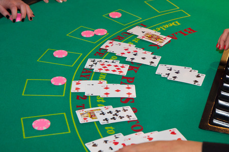The green table in the casino with  cards and chips on it.  A game goes on Banque d'images