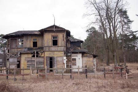 beroofd: Oude verwoeste houten huis
