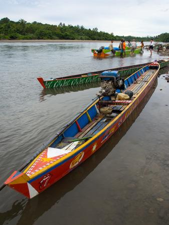 cornrows: Jungle, Indonesia - 13 de enero 2015: Barcos coloridos en la orilla del r�o