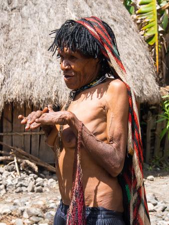 arrepentimiento: Wamena, Indonesia - 23 de enero de 2015: Las mujeres de la tribu Dani han cortado los dedos en se�al de arrepentimiento y luto por los miembros de la familia muertos. Editorial