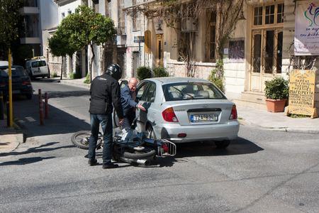 2015 年 4 月 3 日ギリシャ アテネ: アテネの通りに多くの車の衝突の 1 つ