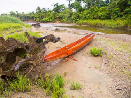 cornrows: Jungle, Indonesia - 20 de enero 2015: Barcos coloridos en la orilla del r�o