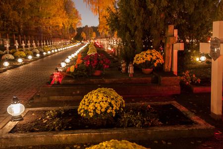 カトリックの墓地にロウソクに墓のワルシャワ, ポーランド - 2015 年 11 月 1 日: 路地 報道画像