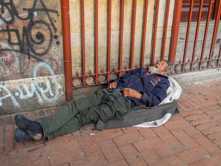 Bogotá, Colombia - 01 de mayo 2016: Un hombre sin hogar durmiendo en la calle Bogotá