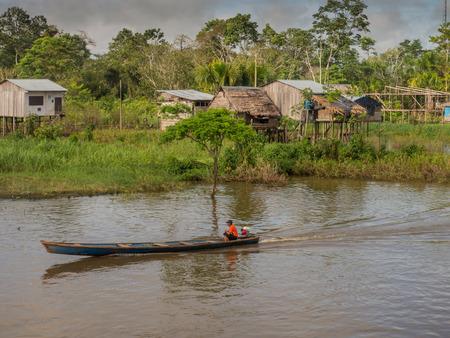 rio amazonas: Río Amazonas, Perú - 12 de mayo, 2016: Pequeño pueblo en la orilla del río Amazonas