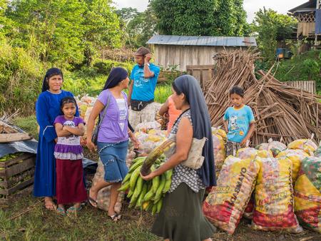 rio amazonas: Río Amazonas, Perú - 13 may, 2016: Mercado en la orilla del río Amazonas.
