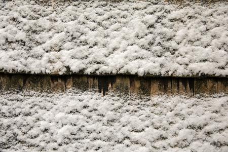 배경, 텍스처입니다. 어두운 표면에 눈이 고르지 않은 흰색 코팅.