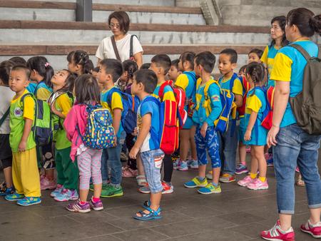 Yilan, Tajwan - 14 października 2016: Tajwańska młodzież na wycieczce szkolnej.