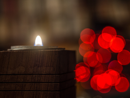 Christmas candle  over  the dark background with bokeh 版權商用圖片 - 90405206