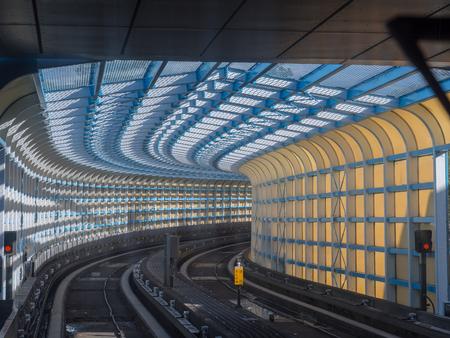 타이 페이, 대만 - 2016 년 10 월 19 일 : 타이베이에서 갈색 지하철 라인을 따라 다채로운 터널