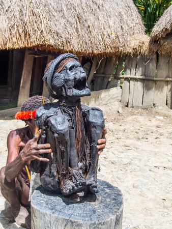 ワメナ、インドネシア - 2015年1月23日:バリムバレーの中心部にあるワメナの町の近く、ダリ族のメンバーによって提示されたミイラ