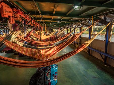 Amazone, Pérou - 25 mars 2018: Beaux hamacs colorés sur le bateau cargo