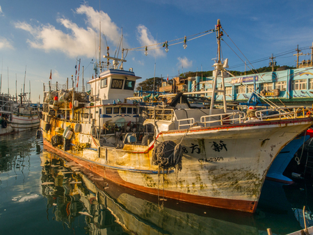 Fuji, Taiwan - October 03, 2016:  Fishing boats of different size  in Fuji Fishing Harbour. Fishing Port Éditoriale