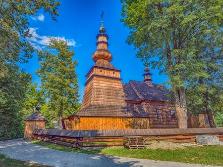 Ropica Górna, Poland - Aug 22, 2018: Church St. Michael the Archangel. The Orthodox church was entered in the list of monuments in 1972 and incorporated into the Lesser Poland Wooden Architecture Route. 免版税图像