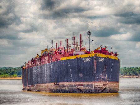 Navire océanique et bateau local sur le fleuve Amazone à plus de 3 000 km de l'Atlantique. Pérou. Amazonie. Amérique du Sud. Banque d'images