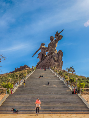 Dakar, Senegal - February 02, 2019: Images of a family at the African Renaissance monument, in the India Teranca Park near the coast. 'Monument de la Renaissance Africaine'. Africa Stockfoto - 132984366