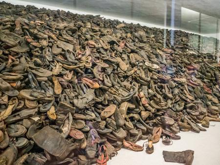 Auschwitz, Oświęcim, Polska - 05 czerwca 2019: Buty od ludzi, którzy zginęli w Auschwitz. Największy nazistowski obóz koncentracyjny w Europie podczas II wojny światowej