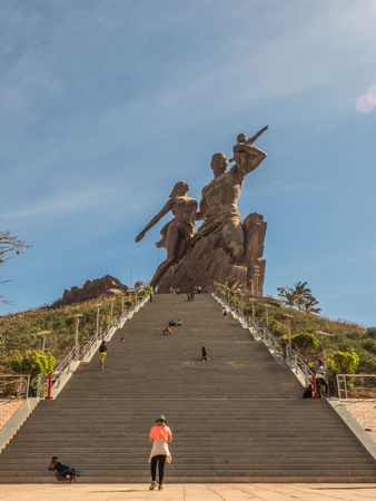 Dakar, Senegal - February 02, 2019: Images of a family at the African Renaissance monument, in the India Teranca Park near the coast. 'Monument de la Renaissance Africaine'. Africa Stockfoto - 132984418