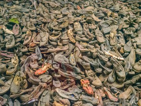 Auschwitz, Oświęcim, Polska - 05 czerwca 2019: Buty od ludzi, którzy zginęli w Auschwitz. Największy nazistowski obóz koncentracyjny w Europie podczas II wojny światowej Publikacyjne