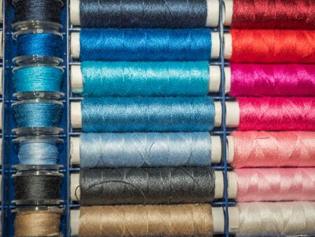 A lot of sewing colored thread. Thread reels. Colorful threads in the box. Texture of sewing accessories Stok Fotoğraf - 137488761