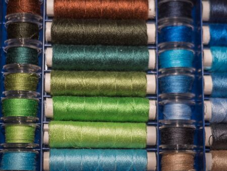 A lot of sewing colored thread. Thread reels. Colorful threads in the box. Texture of sewing accessories Stok Fotoğraf - 137488559