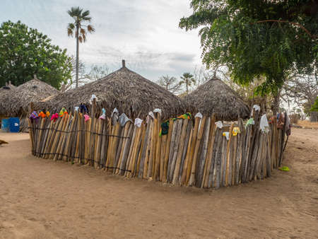 Senegal, Africa - January 2019: Traditional African small village with clay houses covered with palm leaves Banque d'images