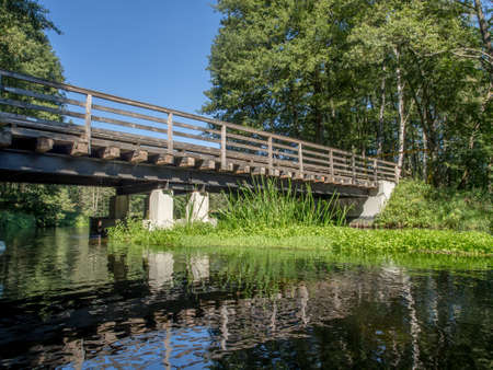 Small, wooden bridge on the Wda river in Poland 免版税图像