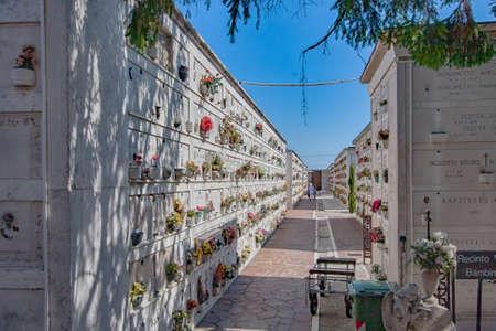 Venice, Italy- Aug, 2013: Graves in cemetery on island San Michele, Venice, Venetia, Venetian Lagoon, Italy, Europe 新聞圖片