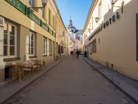 Vilnius, Lithuania - April 2018: Historic tenements along Vilnius street 免版税图像 - 158445528