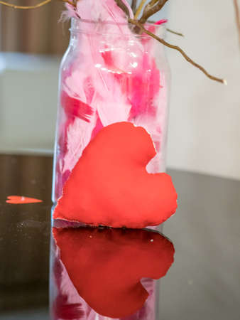 A red heart is reflected in the piano on Saint Valentine's Day. 免版税图像