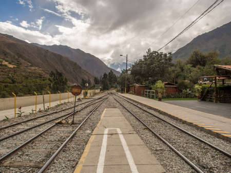 Ollantaytambo, Peru - May 21, 2016: PeruRail train railway station in Ollantaytambo with views of the Andes Mountains. Last part of the road to Machu Picchu 新闻类图片
