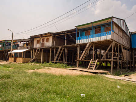 Belen, Peru - Sep 2017: Wooden houses on stilts in the floodplain of the Itaya River, the poorest part of Iquitos - Belén. Venice of Latin America. Iquitos, South America, Amazonia. Low water season. 新闻类图片