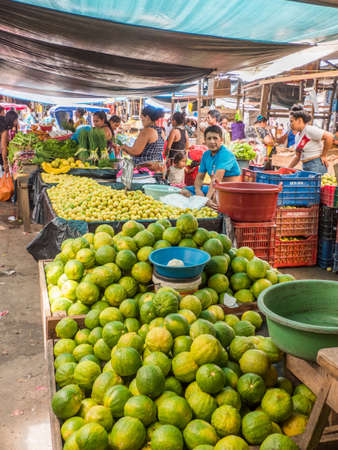 Iquitos, Peru - December 10, 2019: Big tasty oranges and other fruit at Belen (Belén market) bazaar, Iquitos city on the banks of the Amazon, gate to the rainforest, Amazonia, Loreto, Peru, South America 新闻类图片