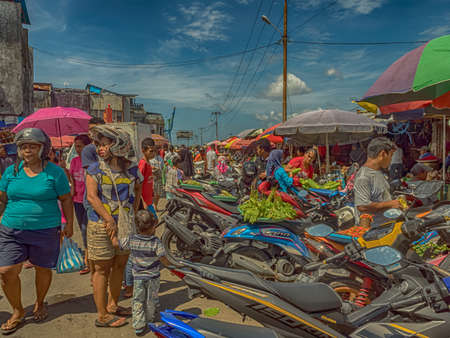 Ambon., Indonesia - Feb, 2018: Crowd of the local people selling and buying different goods on the market, Island of Ambon, Maluku, Indonesia. Asia 新闻类图片