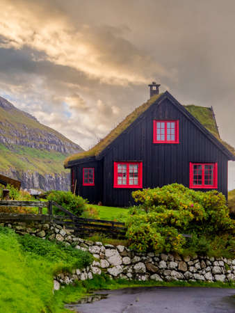 Kirkjubøur, Faroe Islands - October 2020: Typical wooden turf house with red window on Streymoy Island., Denmark, Northern Europe 新闻类图片