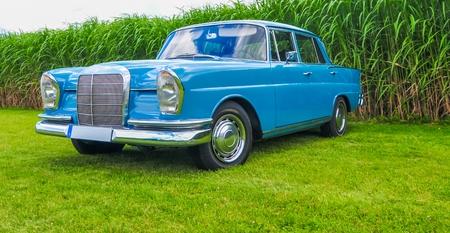De blauwe auto Stockfoto