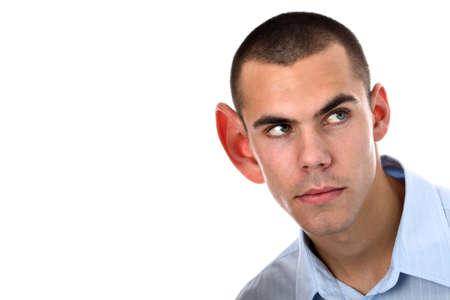 personas escuchando: Escuchando con gran o�do aislado en blanco