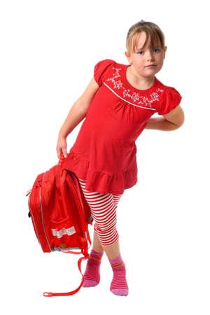 sac d ecole: Petite fille portant le sac d'�cole lourde isol� sur blanc Banque d'images
