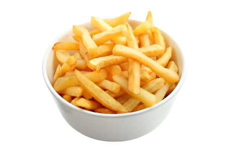 papas fritas: Cuenco lleno de patatas fritas aislados en blanco