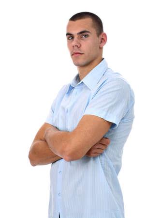 Jonge man in blauw shirt met de armen gekruist op wit wordt geïsoleerd