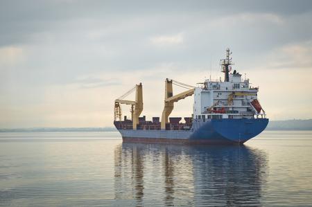 cielo y mar: Buque de carga en el mar